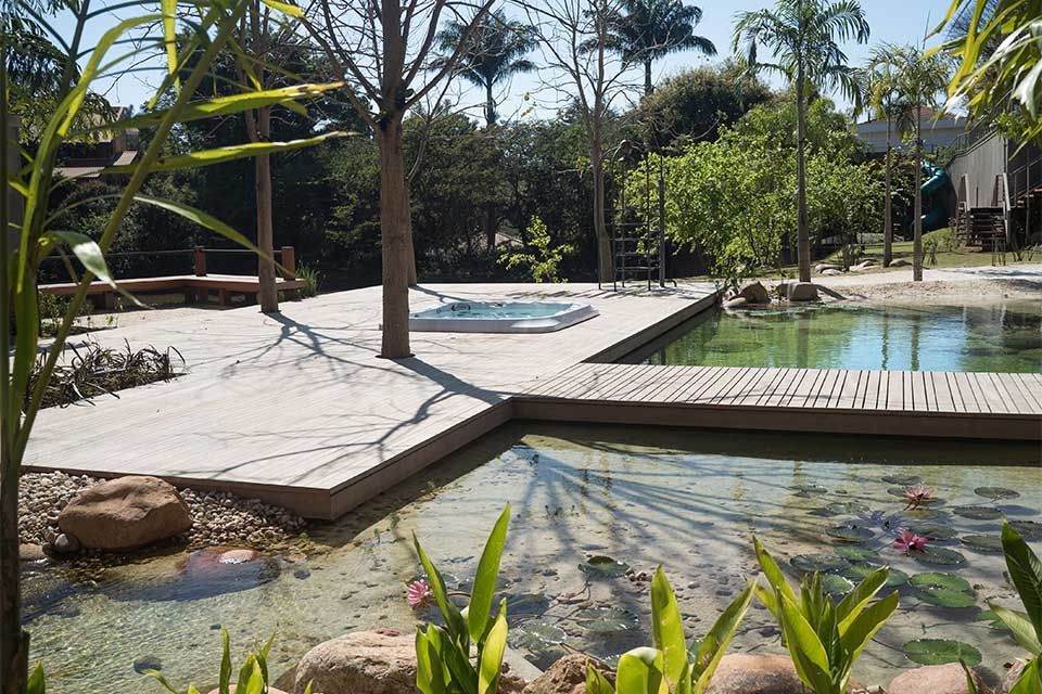 (Português do Brasil) Piscina Natural com Decks.